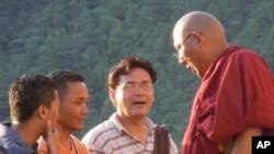 喇嘛與遊客們交談