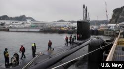 美国海军夏威夷号维吉尼亚级攻击型潜艇在日本横须贺港靠岸(美国海军2015年2月5日照片)