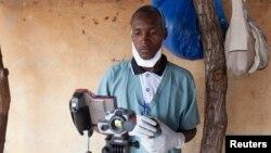 Un travailleur de la santé au Mali, vérifiant la température d'un bébé, pour s'assurer qu'il ne souffre pas du virus à Ebola (Reuters)