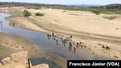 Cidadãos procuram água em Moatize, Moçambique
