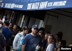 """Para penonton menunggu memasuki studio untuk rekaman terakhir acara televisi milik Comedy Central, """"The Daily Show with Jon Stewart"""", di luar studi di Manhattan, Kota New York, 6 Agustus 2015. (Foto: Reuters)"""