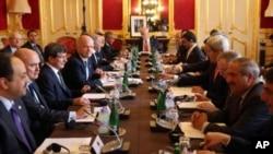 Diplomat-diplomat senior dari 11 negara bertemu di London dengan anggota oposisi Suriah hari Selasa (22/10).