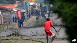 Cảnh sát đuổi theo người biểu tình trong khu phố Bujumbura ở Burundi, ngày 20/5/2015.