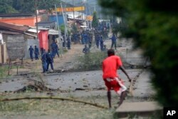 Police chase demonstrators in the Musaga neighborhood of Bujumbura, Burundi, May 20, 2015.