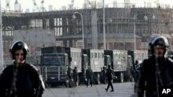 Lực lượng an ninh Ai Cập đứng gác bên ngoài tòa án tại Cairo.