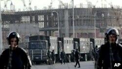 2014年1月8日,埃及保安部队守卫在计划审判被推翻的总统穆尔西的警察学院外面。