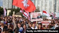 2020年9月13日白俄罗斯明斯克举行拒绝总统选举结果的抗议活动之后,反对派支持者参加反对警察暴行的集会。