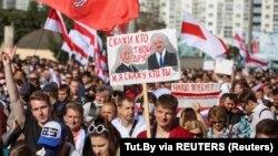Зображення президентів Путіна і Лукашенка серед гасел демонстрантів у Мінську 13 версня 2020 р.