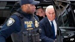 Rodžer Stoun, bivši savetnik u kampanji predsednika Donalda Trampa, stiže u federalni sud u Vašingtonu (Foto: AP)