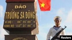 Một người lính hải quân Việt Nam đứng canh gác tại đảo Trường Sa Đông thuộc quần đảo Trường Sa.