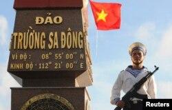 一名越南海军士兵在守卫东长沙岛 (2013年1月7日)
