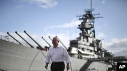 美國國防部長羅伯特.蓋茨停留夏威夷期間在密蘇里號戰艦旁邊步過