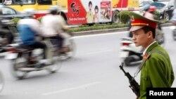 Một cảnh sát trên đường phố Hà Nội. Hình mình họa.