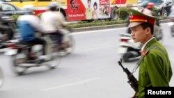 Một cảnh sát trên đường phố ở Việt Nam.