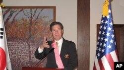 한국 정부가 수여하는 수교훈장 광화장을 수상한 샘 브라운백 상원의원