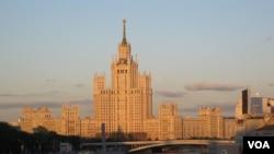 夕阳下莫斯科河畔的斯大林时代建筑。(美国之音白桦拍摄)