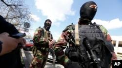 Pasukan Rusia menjaga kota Simferopol, di Krimea yang diambil alih oleh Rusia (27/3).