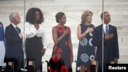 بیل کلینتون، رئیس جمهوری پیشین آمریکا، اوپرا وینفری، میشل اوباما و کارولین کندی در کنار رئیس جمهوری آمریکا در مراسم روز تصویب قانون حقوق مدنی