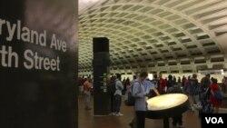 Một du khách Úc tham khảo bản đồ hệ thống tàu điện ngầm ở Washington DC trong khi đợi tàu ở nhà ga L'Enfant Plaza, ngày 9 tháng 8 năm 2016.