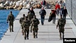 Des soldats français déployés français patrouillent à Marseille, France, 20 novembre 2015.