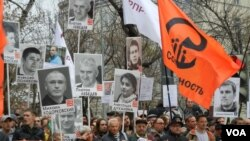Ribuan pendukung oposisi menuntut pembebasan para tahanan politik Rusia dalam unjuk rasa di Moskow hari Minggu (27/10).