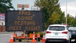 在华盛顿州西雅图南部的图克维拉,一个路标指引汽车驾驶员前往新冠病毒检测地。