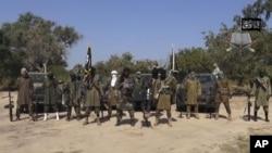 지난 2014년 공개된 기존 보코하람 최고 지도자 아부바카르 셰카우(가운데)의 모습. 나이지리아를 근거지로 2002년 결성된 극단주의 무장조직 보코하람은 2015년 ISIL에 충성을 맹세하고 서아프리카 지부로 활동하고 있다.