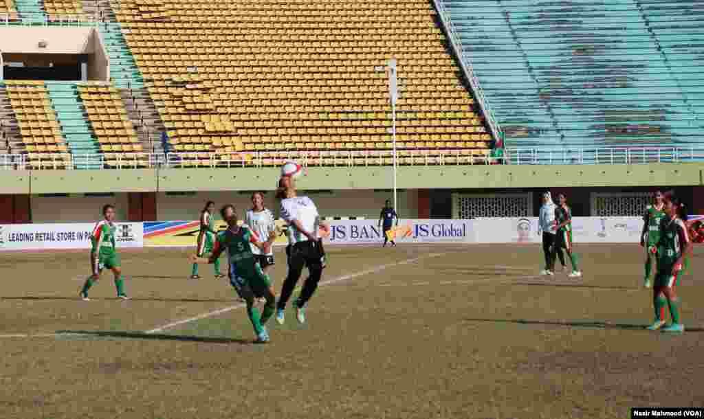 افغانستان کی خواتین فٹبال ٹیم بنگلہ دیش کے مقابلے میں نئی ہے۔