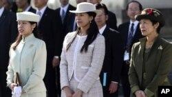 일본 왕실의 히사코 여사(오른쪽)와 두 딸 노리코 공주(왼쪽), 츠구코 공주. 노리코 공주는 다음달 5일 일반인과 결혼하면서 왕족 신분을 잃지만, 거액의 1백만 달러 정도의 품위유지비를 받게 됐다.