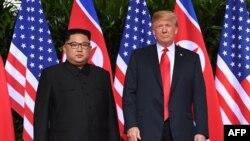 Shugaban Koriya ta Arewa Kim Jong Un da Shugaban Amurka Donald Trump a Singapore inda suka yi taron da ya shiga tarihi