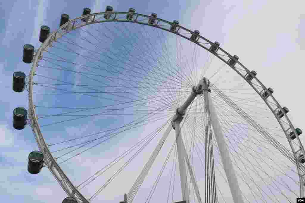 نمایی از چرخ فلک بزرگ سنگاپور که ارتفاع آن به ۱۶۵ متر می رسد و ده سال پیش افتتاح شد.