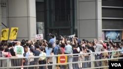 估計有數百人參與集會聲援候任香港立法會議員朱凱迪 (美國之音 湯惠芸拍攝)