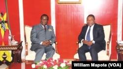 Emmerson Mnangagwa, Presidente do Zimbábue, (esq) e Filipe Nyusi, Presidente de Moçambique (dir)