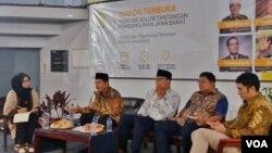 Dua bakal calon gubernur Jawa Barat - Bupati Purwakarta Dedi Mulyadi (kedua dari kiri) dan Wali Kota Bandung Ridwan Kamil (ketiga dari kiri) tampil dalam acara diskusi digelar di Pusat Studi jepang, Universitas Indonesia, pada Kamis 21/12. (Foto: VOA/Fa