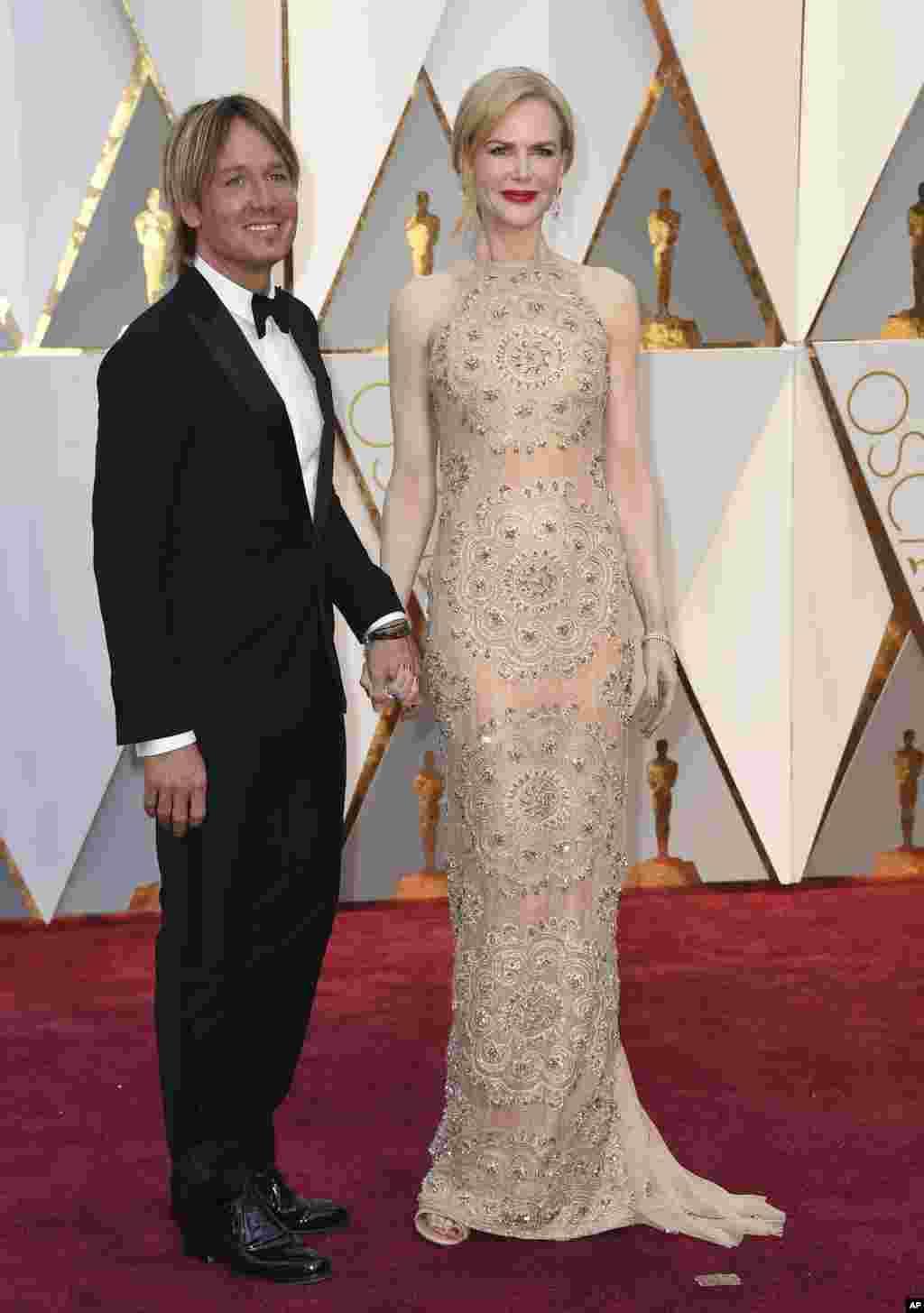 نیکول کیدمن و همسرش کیث اوربن روی فرش قرمز. کیدمن با فیلم لاین یا شیر یکی از نامزدهای بهترین بازیگر نقش مکمل زن شده است.