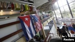 Cờ Hoa Kỳ và cờ Cuba treo trên các gian hàng của Hoa Kỳ tại Hội chợ Quốc tế Havana (FIHAV), Havana, Cuba, ngày 02/11/2015.