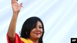 기셀라 모타 시장이 1일 열린 취임식에서 손을 흔들고 있다.