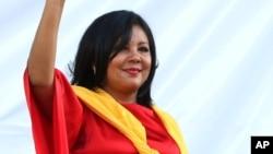 Gisela Mota saluda luego de ser juramentada como alcaldesa de Temixco. Horas después fue asesinada en su casa.