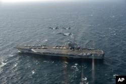 美日战机飞越美国海军里根号航空母舰。(2017年11月10日)