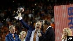 El gerente general y vicepresidente ejecutivo de las Operaciones de Fútbol de los Broncos de Denver, John Elway, celebra el triunfo de su equipo sobre Las Panteras de Carolina, tras ganar el Super Bowl 50.