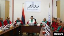 Ketua Mahkamah Agung Libya Kamal Edhan (tengah) memimpin rapat terkait legitimasi PM Ahmed Maitiq di Tripoli (9/6).