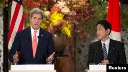 지난 2013년 10월 일본 도쿄에서 열린 미-일 안전보장협의 후 존 케리 미국 국무장관(왼쪽)이 공동기자회견(왼쪽)에서 발언하고 있다. 오른쪽은 기시다 후미오 일본 외무상. (자료사진)