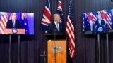 Thủ tướng Úc Scott Morrison, giữa, tại buổi họp báo trực tuyến chung với Tổng thống Mỹ Joe Biden, phải, và Thủ tướng Anh Boris Johnson khi công bố về việc thành lập Hiệp định tăng cường đối tác ba bên (AUKUS).