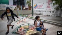 Niños juegan en un parque en un complejo residencial en Caracas, Venezuela, el 4 de noviembre de 2020.