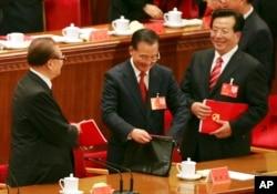 中共17大闭幕式上的江泽民、温家宝和曾庆红(右)。虎王是其中之一还是周永康?