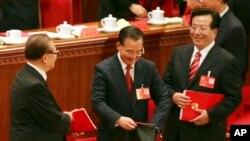 中共17大闭幕式上的江泽民、温家宝和曾庆红(右)