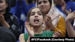یکتن از دختران نوجوان افغان که برای تماشای رقابت های فوتسال به ورزشگاه آمده است.