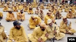 جمعیت علماء اسلام (ف) کی ذیلی تنظیم انصارالاسلام کے کارکن جلسے میں شریک ہیں