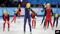 한국 쇼트트랙이 18일 여자 3천미터 계주에서 금메달을 차지한 뒤, 심석희 선수가 환호하고 있다.