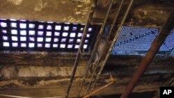Iz podzemnih prostorija vidi se, iznad glava, pločnik ulica u središtu Salema